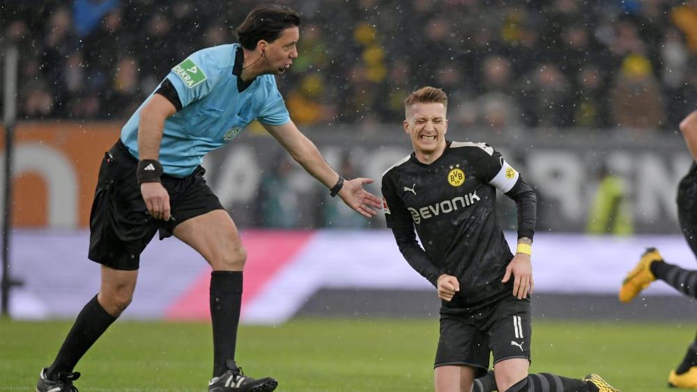 Kritisiert den VAR und die Schiedsrichter-Förderung: Referee Manuel Gräfe, hier mit Dortmunds Marco Reus.