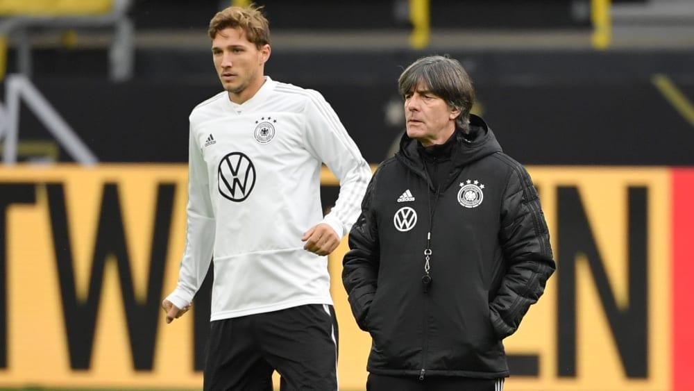 Das Debüt für den DFB muss abermals warten: Niklas Stark und Bundestrainer Joachim Löw.