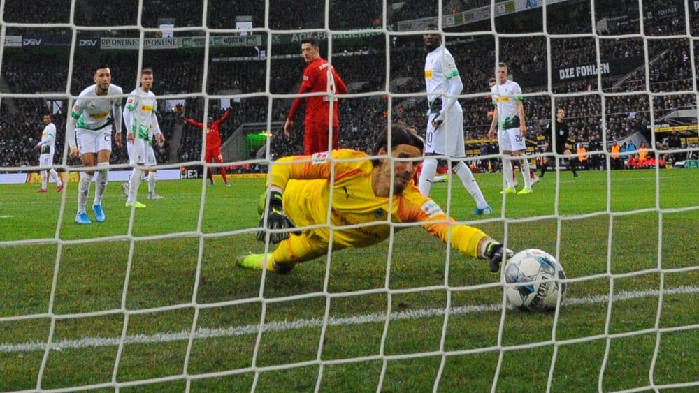Denkwürdige Rettungsaktion: Gladbachs Keeper Yann Sommer kratzt den Ball von der Linie.