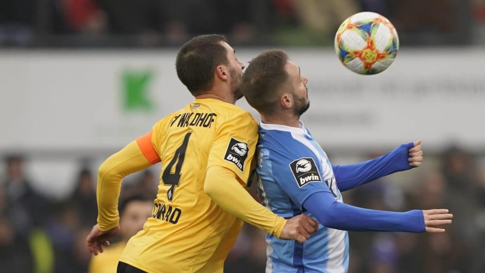 Conrad (Mannheim) stört Kleinsorge (SV Meppen) bei der Ballannahme