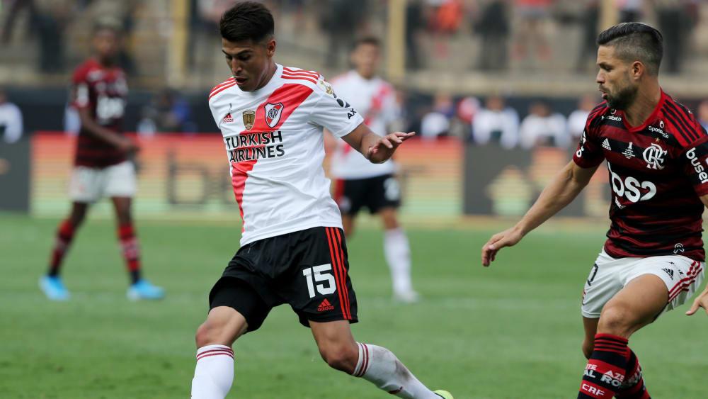 Exequiel Palacios duelliert sich hier mit Flamengos Spieler Diego (ehemals Bremen, Wolfsburg, Juve).