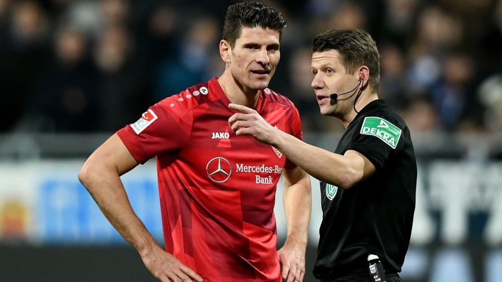 Nicht schon wieder! Auch in Darmstadt schoss Mario Gomez (l., mit Referee Patrick Ittrich) ein Tor, das nicht zählte.
