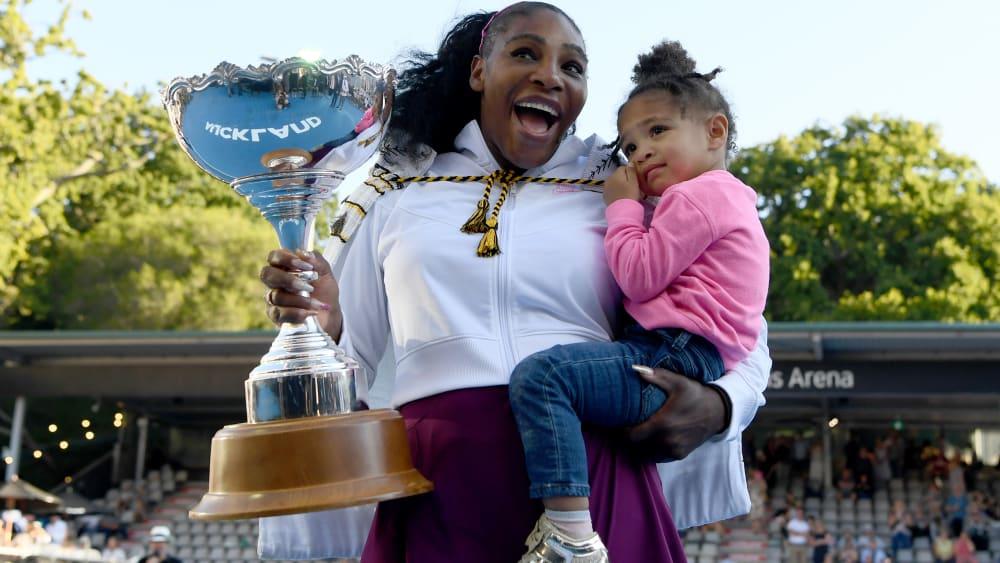 Serena Williams mit ihrer Tochter und dem Pokal der Siegerin in Auckland.