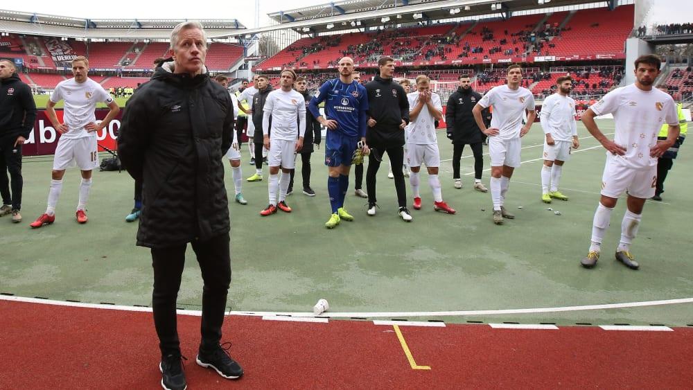 Schwierige Phase nach einem schwachen Spiel: FCN-Trainer Jens Keller mit der Mannschaft vor der Fan-Kurve.