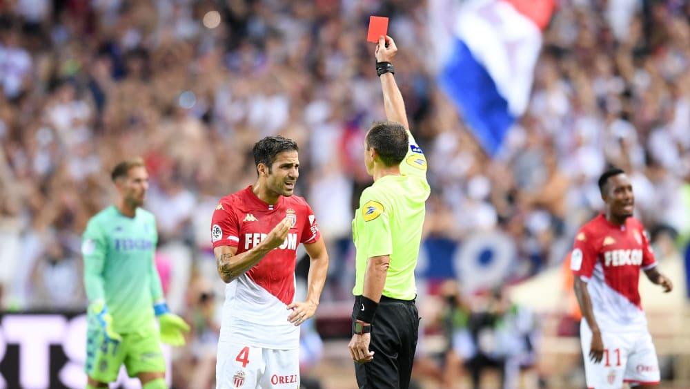 Szene des Spiels: Cesc Fabregas sieht nach einer halben Stunde die Rote Karte.