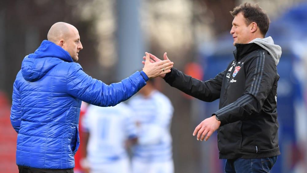 MSV Duisburgs Trainer Torsten Lieberknecht und Unterhachings Coach Claus Schromm klatschen sich nach dem 2:2 ihrer Mannschaften ab.