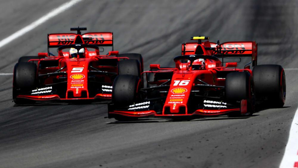 Sebastian Vettel (li.), gegen Mercedes chancenlos, hatte 2019 vor allem mit Teamkollege Charles Leclerc Mühe und Not.