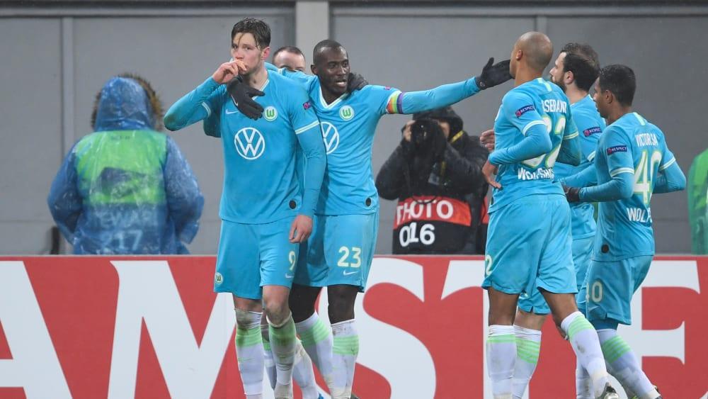 Glücklich: Wout Weghorst (l.), Josuha Guilavogui und weitere Wölfe bejubeln das 1:0.