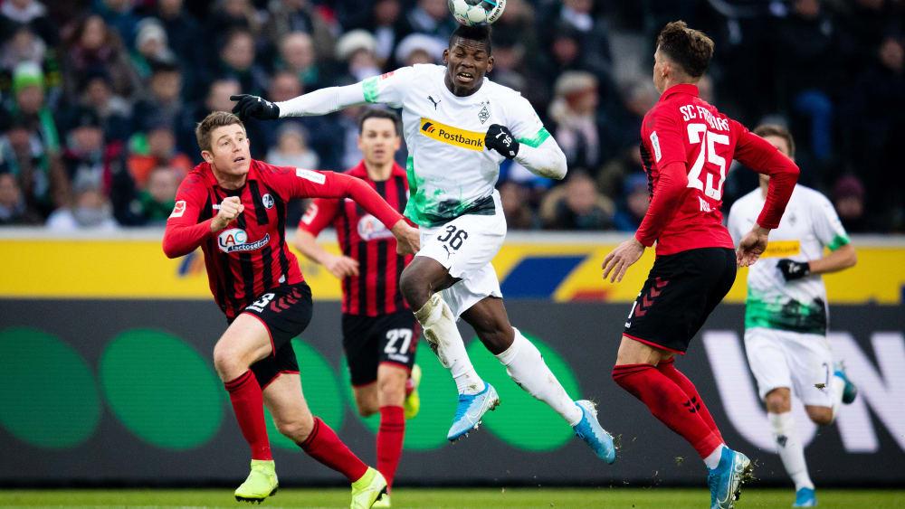 Dominique Heintz (li.) vom SC Freiburg kann Mönchengladbachs Breel Embolo nicht aufhalten.