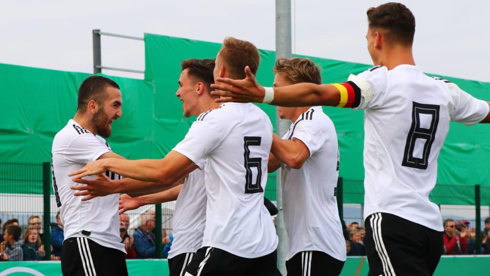 Die deutschen Junioren jubeln über den Treffer zum 1:0.