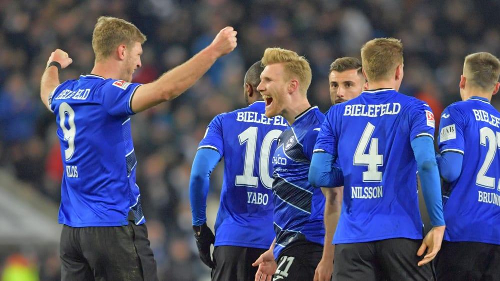 Fabian Klos (li.) feiert Torschütze Andreas Voglsammer (Nr. 21), der die 1:0-Führung besorgte.