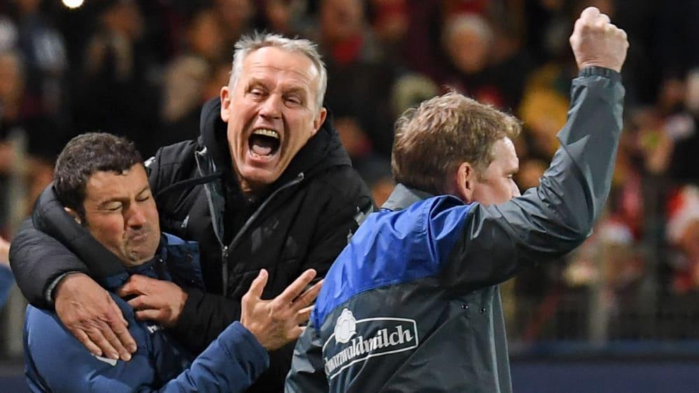 Seinem Jubel kann man sich schwer entziehen: Christian Streich mit Torwarttrainer Andreas Kronenberg (li.).