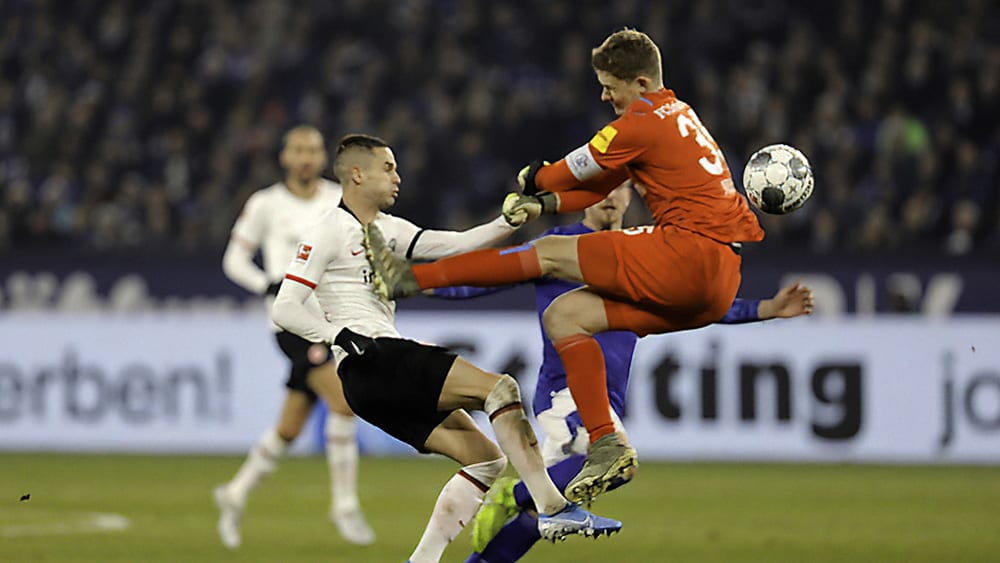 Frankfurts Mijad Gacinovic wird von Schalkes Alexander Nübel niedergestreckt
