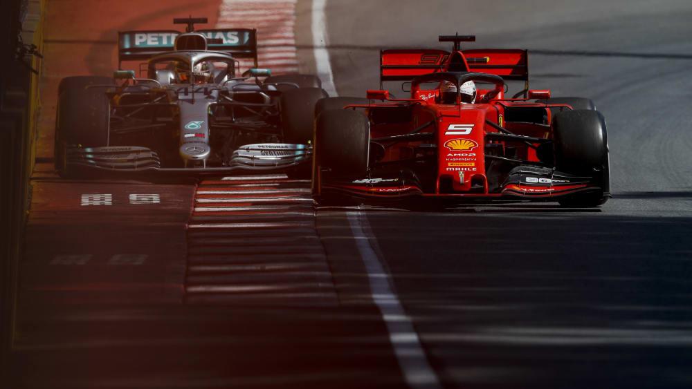 Sebastian Vettel vor Lewis Hamilton, aber der Ferrari-Pilot bekam wegen riskantem Zurückkehren auf die Strecke eine Zeitstrafe aufgebrummt.