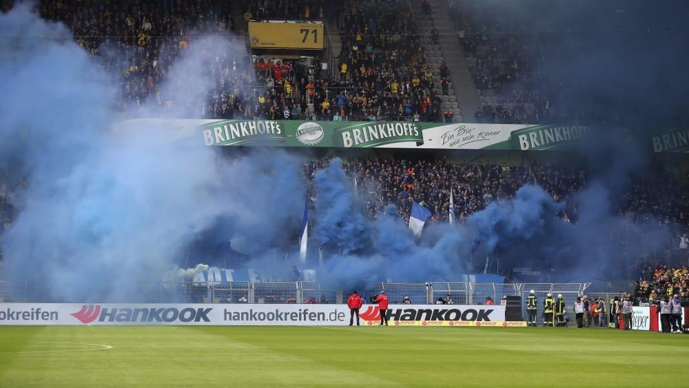 Rauch im Schalke-Block