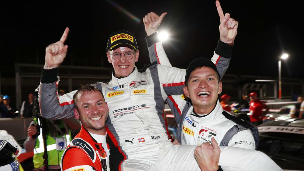 Das Frikadelli Racing Team um Nick Tandy (l.), Dennis Olsen (M.), Mathieu Jaminet (r.) jubeln nach dem Rennen in Südafrika
