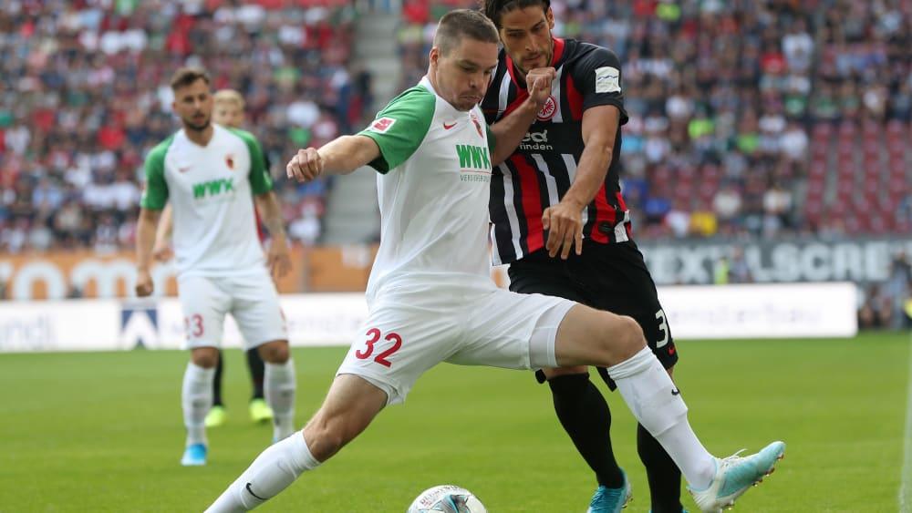 Gegen Frankfurt in der Startelf, in Freiburg nicht im Kader: Augsburgs Raphael Framberger, vorne gegen Paciencia.