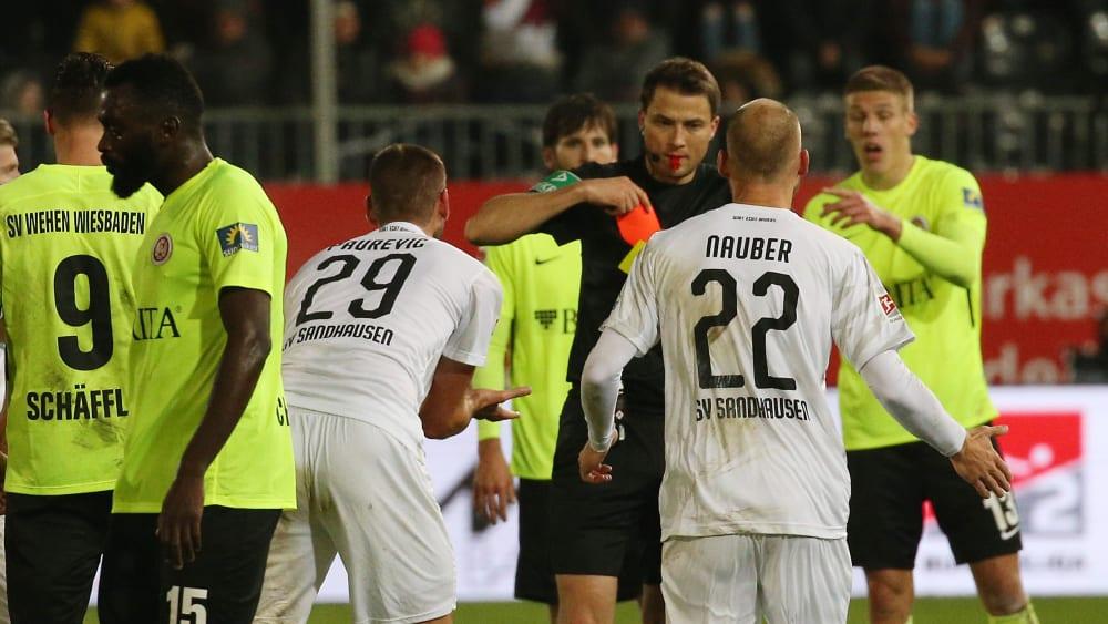 Platzverweis: Sandhausens Ivan Paurevic (#29) sieht nach einem Duell mit Wiesbadens Sebastian Mrowca Gelb-Rot.