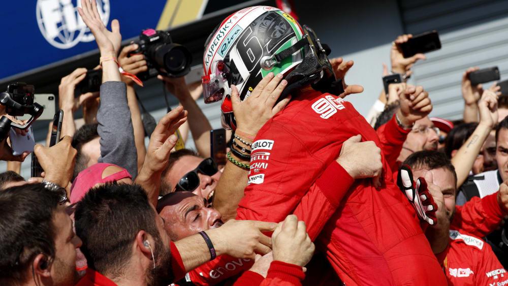 Frenetischer Jubel: Die Scuderia Ferrari feiert Charles Leclerc.