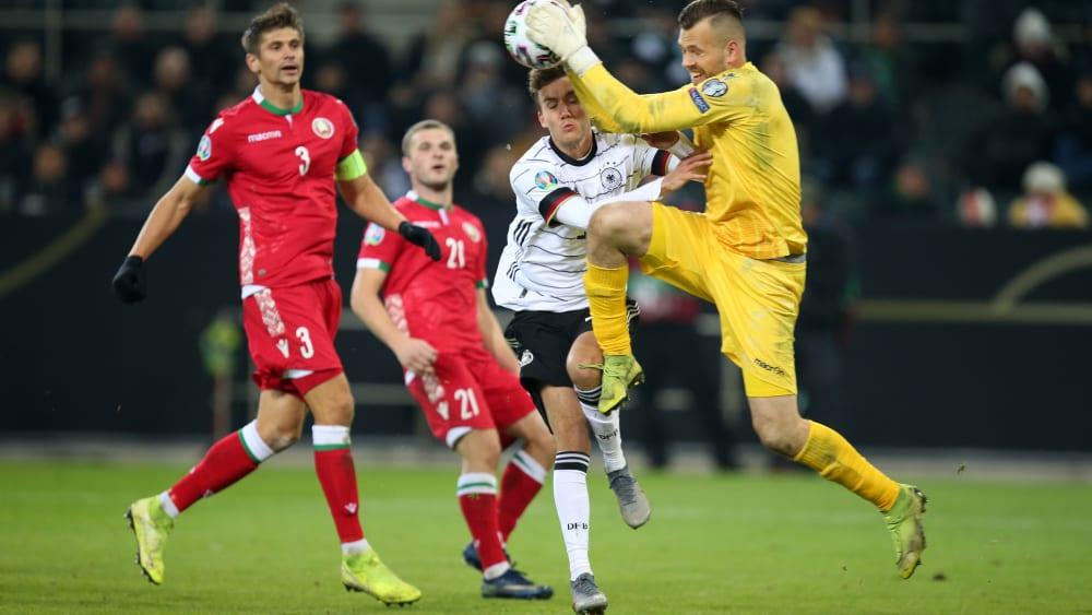 Kurz vor dem Zusammenstoß: Weißrusslands Keeper Aleksandr Gutor ist vor Luca Waldschmidt am Ball.
