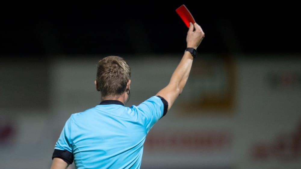 Auf den Profiplätzen gibt es seit der Rückrunde schneller Karten für Unsportlichkeiten