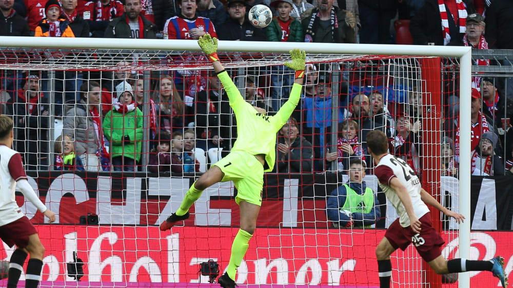 Knapp drüber: FCA-Schlussmann Andreas Luthe fliegt, der Ball zischt über den Kasten.