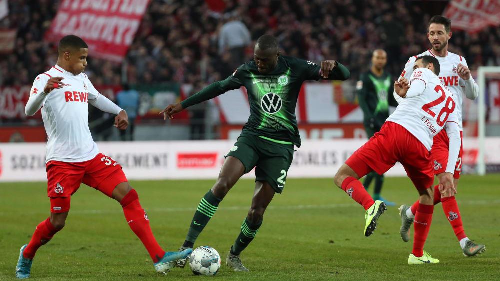 Wolfsburgs Kapitän Josuha Guilavogui (Mitte) im Kampf um den Ball
