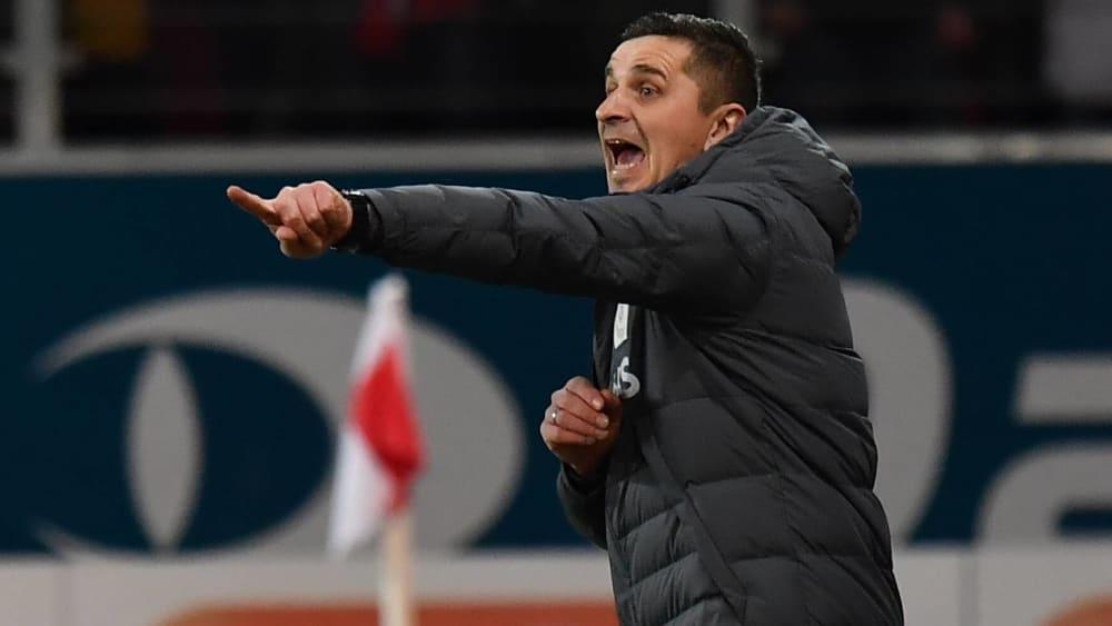 Regensburgs Trainer Mersad Selimbegovic muss gegen Wehen Wiesbaden Marco Grüttner ersetzen.