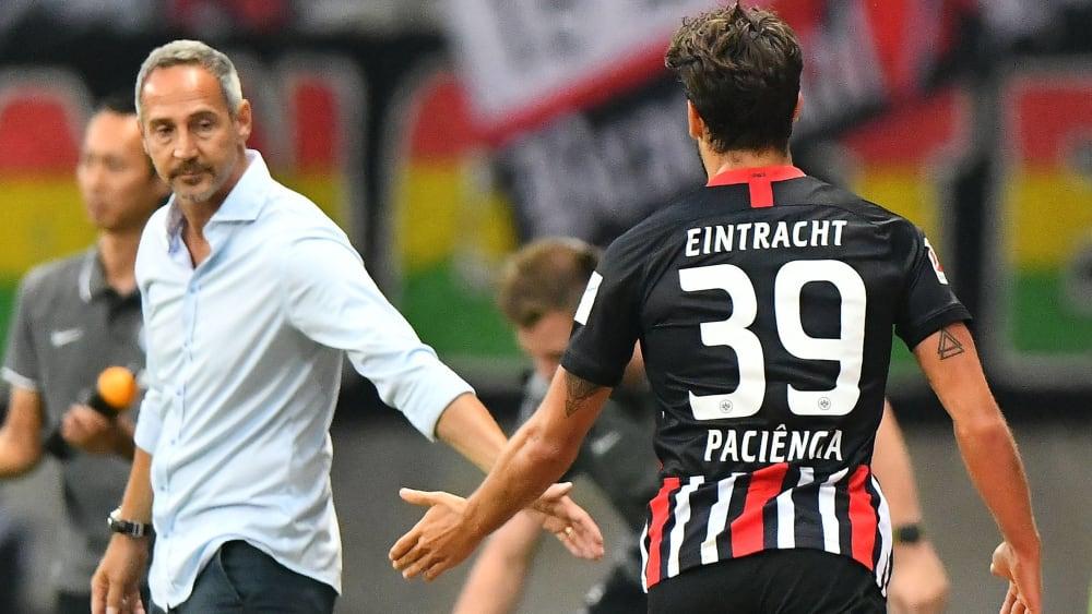 Adi Hütter klatscht zufrieden mit Goncalo Paciencia ab.